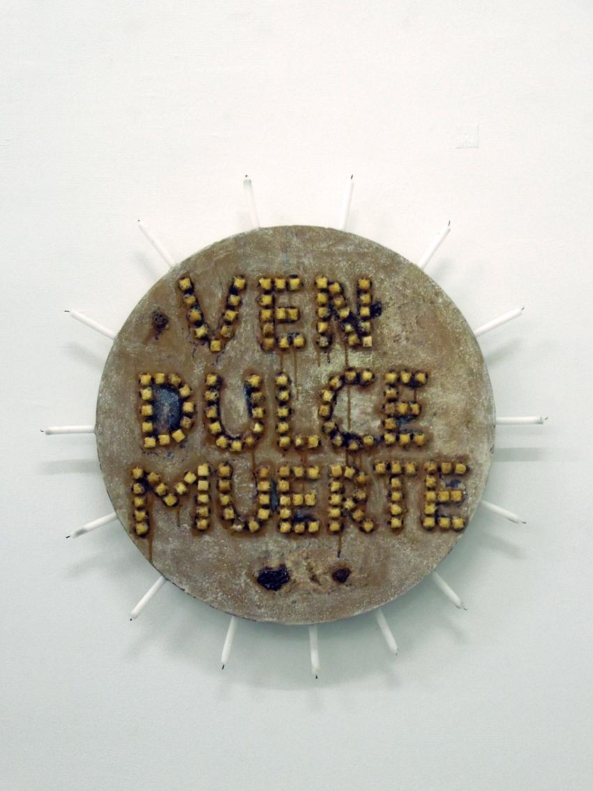 Komm süßer Tod, Wand-Objekt (Zucker, Rum, auf runder Tischplatte, Kerzen), Gewidmet den Arbeiter*innen auf den Zuckerrohrplantagen von Flor de Caña, Leo Kreisel-Strausz, 2013
